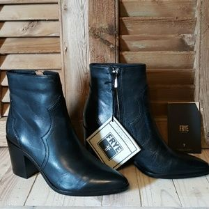 *NIB* FRYE Flynn Black Leather Short Boots
